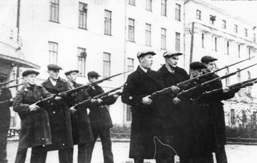 Занятия студентов - бойцов народного ополчения перед зданием АЛТИ, 1941 год